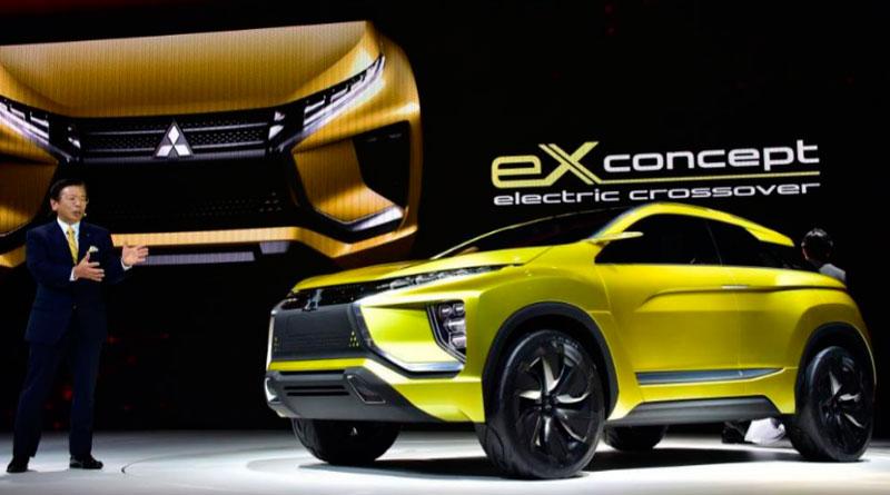 El presidente de Mitsubishi Tetsuro Aikawa presentó el eX Concept en el Salón de Tokio.