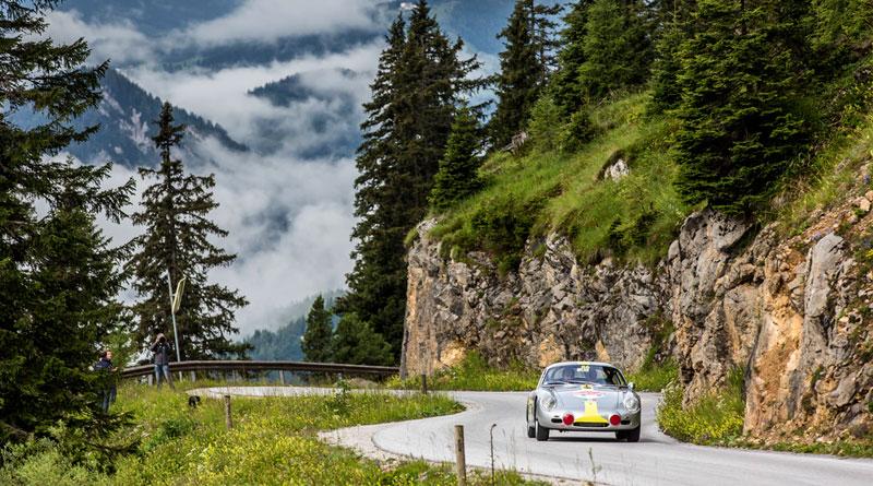 7-Mark-Webber-en-un-718-RS-60-rodeado-de-seguidores-en-Steyr