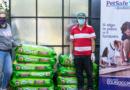 Seguros Equinoccial dona comida para perritos necesitados